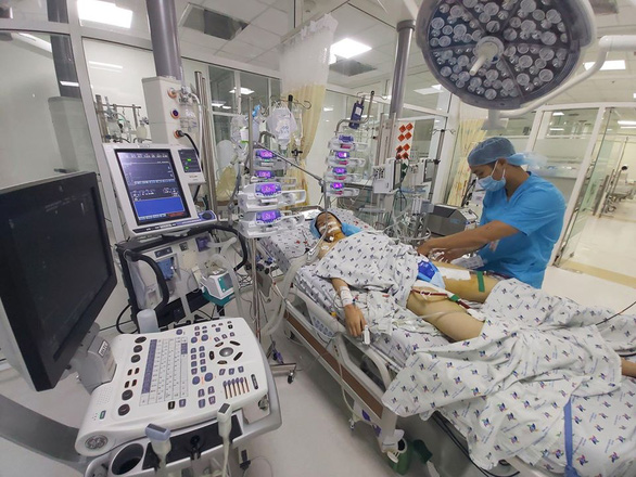 Huy động nhiều bác sĩ đã tan ca trở lại bệnh viện, cứu sống bệnh nhi viêm cơ tim tối cấp - Ảnh 1.