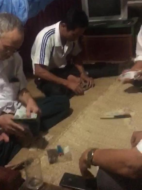 Dân tố bí thư và phó chủ tịch xã đánh bài ăn tiền ở công sở - Ảnh 3.