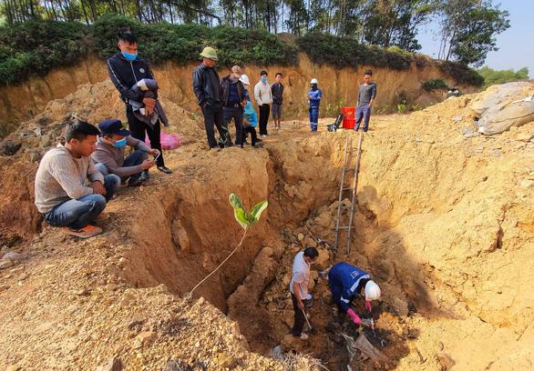 Hà Nội giao công an điều tra vụ 11 hố chôn trộm chất thải nguy hại - Ảnh 1.