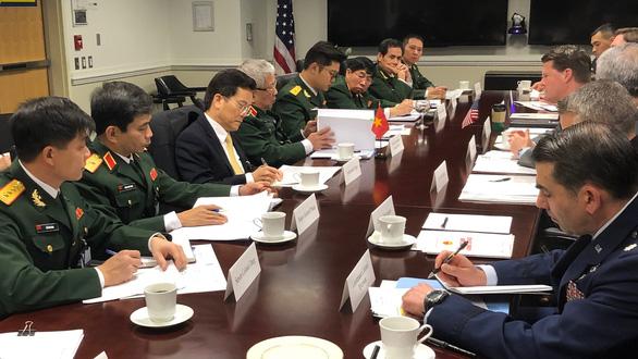 Hộp đất đặc biệt thượng tướng Nguyễn Chí Vịnh tặng thượng nghị sĩ Mỹ - Ảnh 1.
