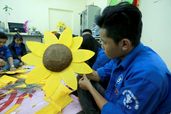 Hoa hướng dương khổng lồ giữa mùa đông Hà Nội - Ảnh 9.