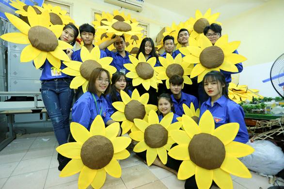 Hoa hướng dương khổng lồ giữa mùa đông Hà Nội - Ảnh 2.