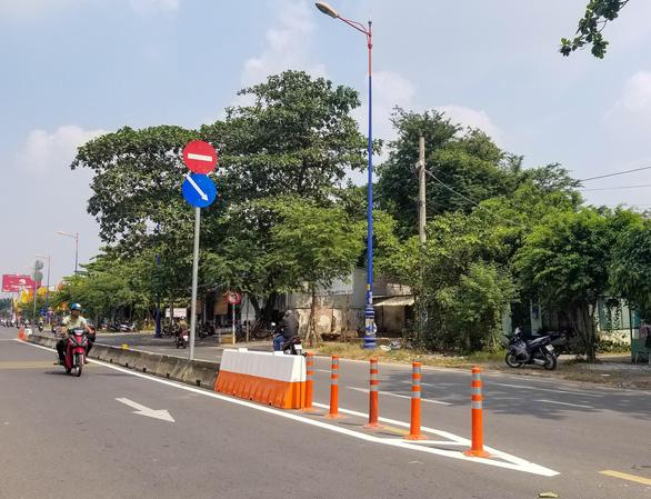 Lắp dải phân cách trên đường song hành Xa lộ Hà Nội, dân bớt nỗi lo tai nạn - Ảnh 1.