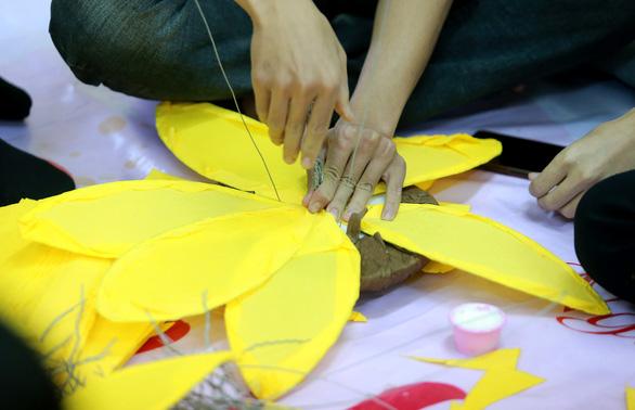 Hoa hướng dương khổng lồ giữa mùa đông Hà Nội - Ảnh 6.