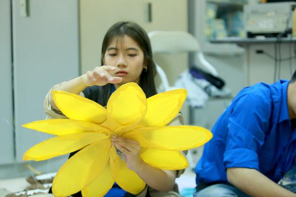 Hoa hướng dương khổng lồ giữa mùa đông Hà Nội - Ảnh 8.