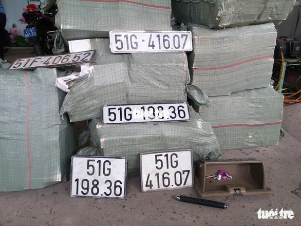 Xe chở thuốc lá lậu tai nạn ở hầm Thủ Thiêm: Trên xe có nhiều biển số giả - Ảnh 4.
