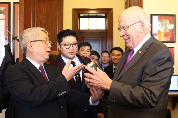 Hộp đất đặc biệt thượng tướng Nguyễn Chí Vịnh tặng thượng nghị sĩ Mỹ - Ảnh 2.