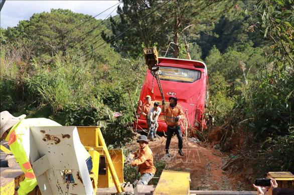 Ôtô chở khách TP.HCM mất phanh, lao xuống vực ở Đà Lạt, 15 người thoát nạn - Ảnh 1.