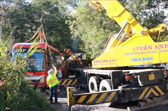Ôtô chở khách TP.HCM mất phanh, lao xuống vực ở Đà Lạt, 15 người thoát nạn - Ảnh 3.