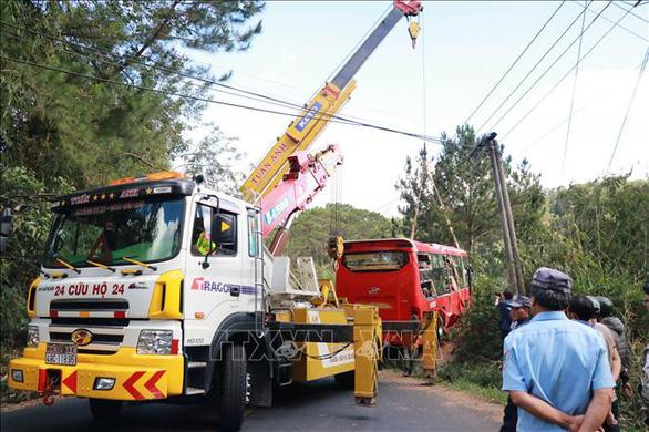 Ôtô chở khách TP.HCM mất phanh, lao xuống vực ở Đà Lạt, 15 người thoát nạn - Ảnh 2.