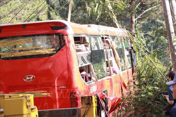 Ôtô chở khách TP.HCM mất phanh, lao xuống vực ở Đà Lạt, 15 người thoát nạn - Ảnh 4.