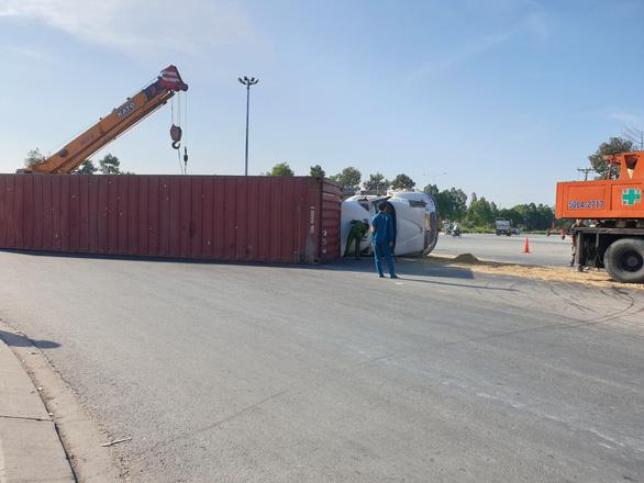Xe container ôm cua lật ngang giữa đường, nhiều người thoát chết - Ảnh 2.