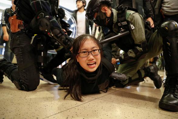 Người biểu tình phá rối ngày mua sắm ở Hong Kong - Ảnh 1.