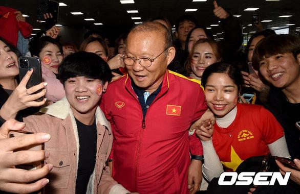 Hàng trăm người hâm mộ, phóng viên Hàn Quốc chào đón HLV Park Hang Seo và U23 Việt Nam - Ảnh 1.