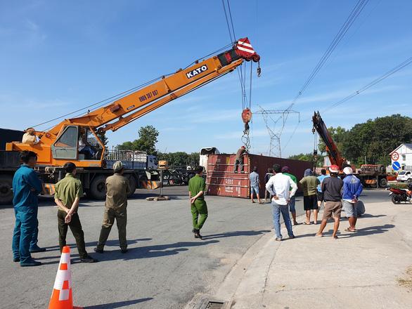 Xe container ôm cua lật ngang giữa đường, nhiều người thoát chết - Ảnh 3.