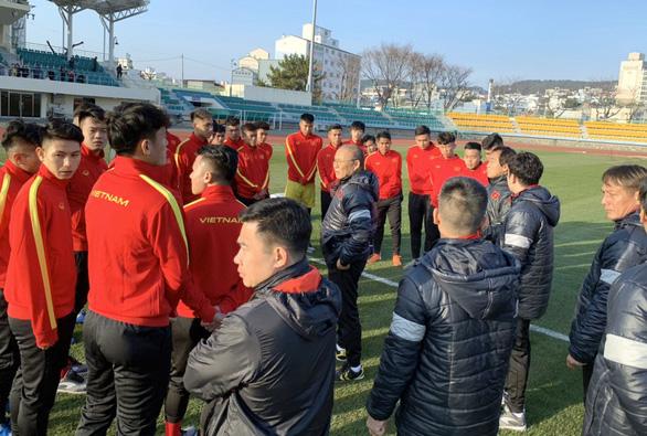 U23 tập nhẹ buổi đầu tiên ở Hàn Quốc - Ảnh 1.