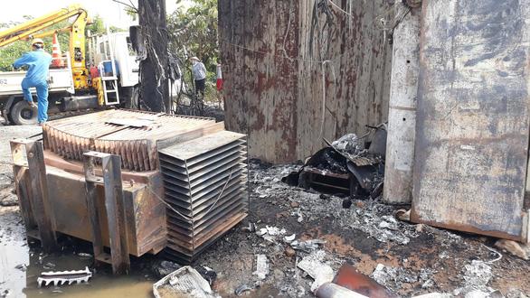 Nổ trạm biến áp tại Bình Chánh, TP.HCM, khoảng 300 hộ dân mất điện - Ảnh 1.