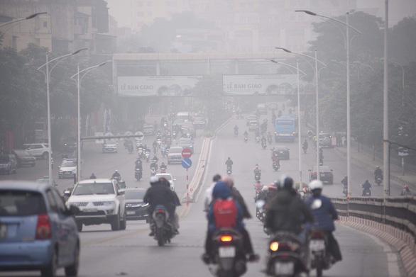 Ô nhiễm khủng khiếp, Bộ TN-MT khuyến cáo hạn chế hoạt động ngoài trời - Ảnh 1.
