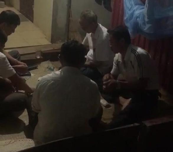 Tạm đình chỉ bí thư Đảng ủy, phó chủ tịch xã bị dân tố đánh bài ăn tiền ở công sở - Ảnh 3.