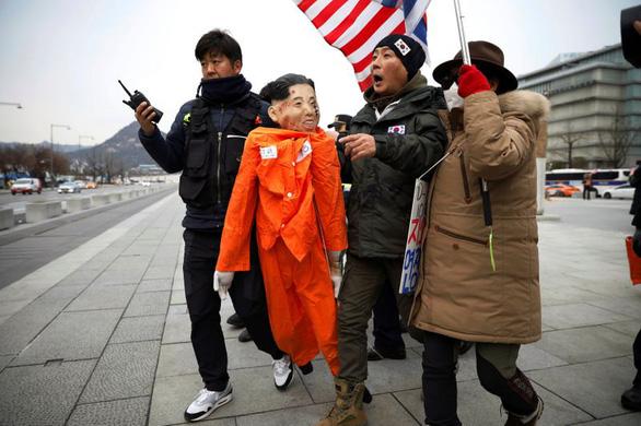 Người biểu tình Hàn Quốc 'hành hạ' hình nộm đại sứ Mỹ - Ảnh 3.