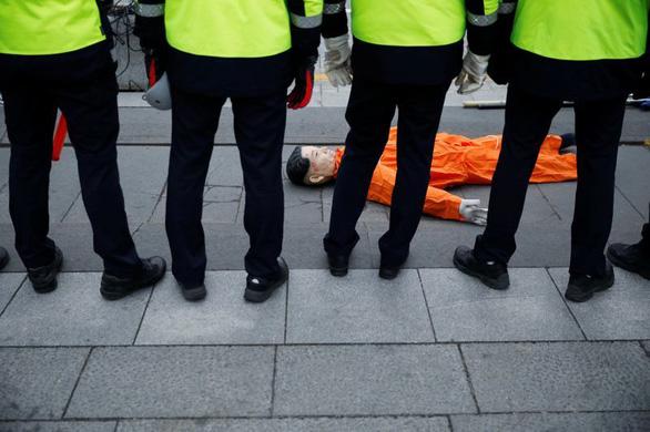 Người biểu tình Hàn Quốc 'hành hạ' hình nộm đại sứ Mỹ - Ảnh 2.