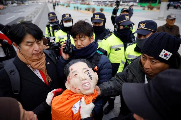 Người biểu tình Hàn Quốc 'hành hạ' hình nộm đại sứ Mỹ - Ảnh 1.