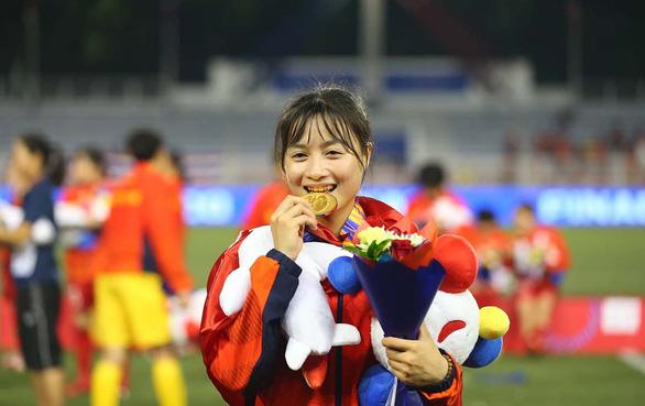Cầu thủ nữ Việt Nam: Phía sau huy chương vàng là sự cơ cực - Ảnh 2.