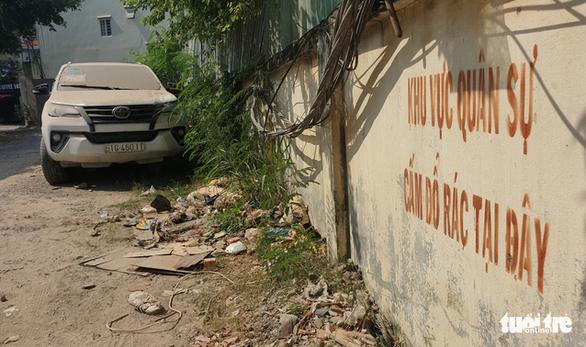 Xe Fortuner 'vô chủ' trong đất quân đội,  địa chỉ đăng ký xe là nhà cụ Vương Hồng Sển - Ảnh 2.