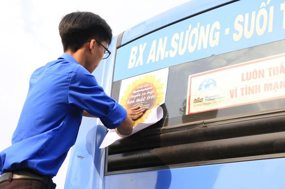 Xe buýt Hoa mặt trời đón bạn đọc dự Ngày hội hoa hướng dương - Ảnh 1.