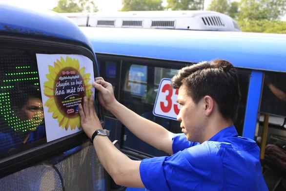 Xe buýt Hoa mặt trời đón bạn đọc dự Ngày hội hoa hướng dương - Ảnh 3.