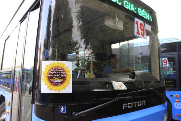 Xe buýt Hoa mặt trời đón bạn đọc dự Ngày hội hoa hướng dương - Ảnh 4.