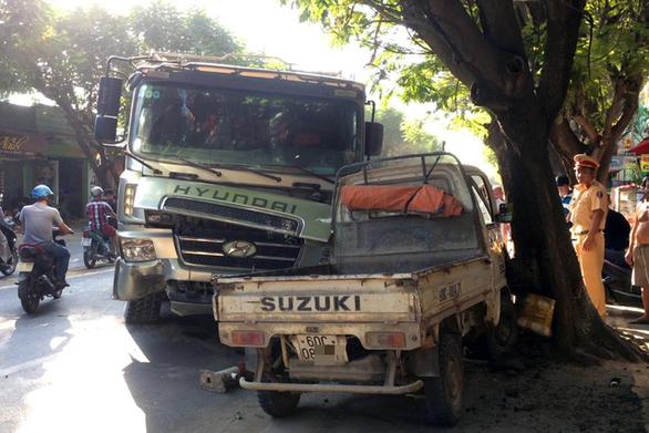 Xe ben san phẳng dải phân cách, húc xe tải nhỏ văng lên lề - Ảnh 1.