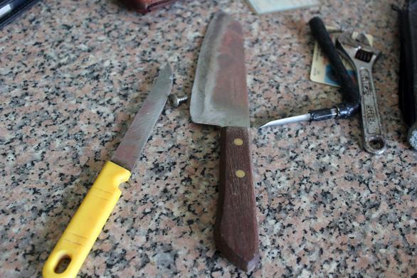 Bị công an kiểm tra, trộm xe quăng xe cầm 2 dao chạy giữa đường - Ảnh 2.