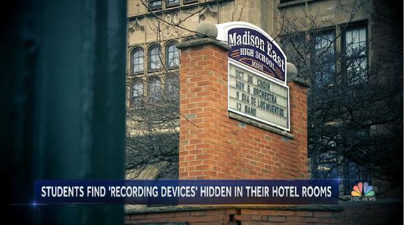 Phát hiện máy quay lén trong phòng khách sạn khi học sinh trung học di dã ngoại - Ảnh 1.