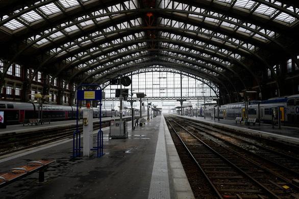 Tàu điện, đường sắt Pháp đóng băng trước Giáng Sinh vì đình công - Ảnh 1.
