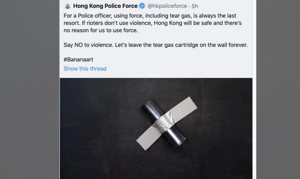 Cảnh sát Hong Kong bị ném đá vì đu trend trái chuối dán lên tường - Ảnh 1.
