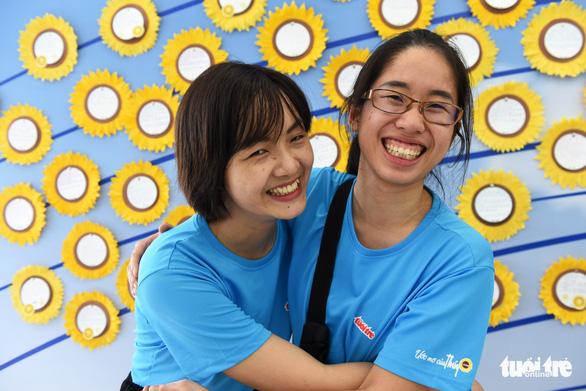 Bay gần 10.000km về tham dự Ngày hội Hoa hướng dương - Ảnh 1.