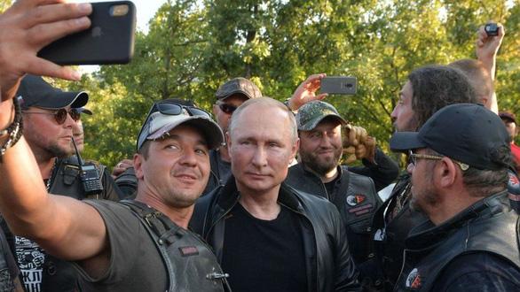 Nhìn lại 20 năm lãnh đạo của ông Putin qua 20 bức ảnh - Ảnh 13.
