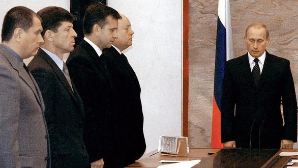 Nhìn lại 20 năm lãnh đạo của ông Putin qua 20 bức ảnh - Ảnh 6.