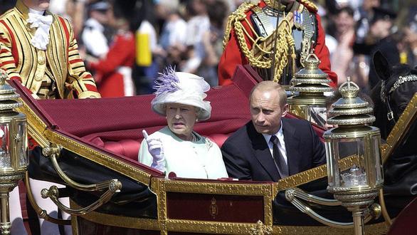 Nhìn lại 20 năm lãnh đạo của ông Putin qua 20 bức ảnh - Ảnh 9.