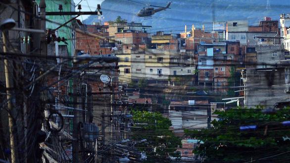 Khiếp với lính bắn tỉa từ trực thăng ở Brazil - Ảnh 2.