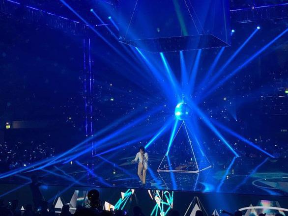 Vũ Cát Tường té sấp mặt từ sân khấu 2m xuống đất trong live show - Ảnh 1.