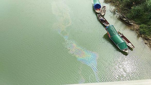 Mẫu nước để sản xuất nước sạch cho TP Vinh không nhiễm dầu - Ảnh 1.