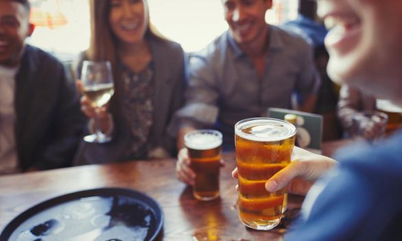Muốn khỏe, chỉ nên uống 1,4 ly bia mỗi ngày - Ảnh 1.