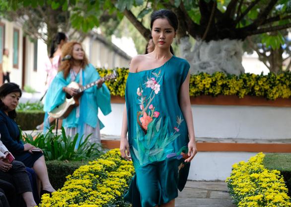 Nhà thiết kế Minh Hạnh mang tơ lụa, thổ cẩm đến Festival Hoa Đà Lạt - Ảnh 1.