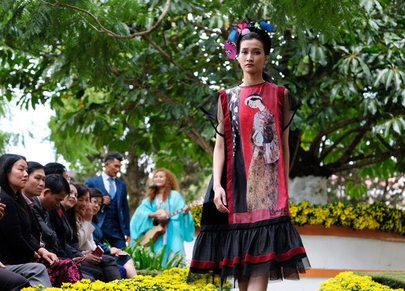 Nhà thiết kế Minh Hạnh mang tơ lụa, thổ cẩm đến Festival Hoa Đà Lạt - Ảnh 2.