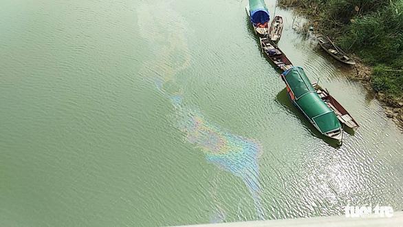 Ngăn chặn kịp thời vệt dầu loang trên sông Lam để cấp nước sạch cho TP Vinh - Ảnh 2.