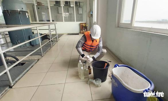 Ngăn chặn kịp thời vệt dầu loang trên sông Lam để cấp nước sạch cho TP Vinh - Ảnh 4.
