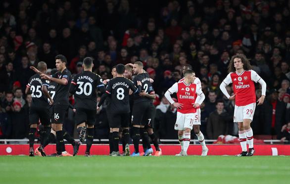 De Bruyne tỏa sáng, Man City nhẹ nhàng đánh bại Arsenal ngay trong hiệp 1 - Ảnh 1.