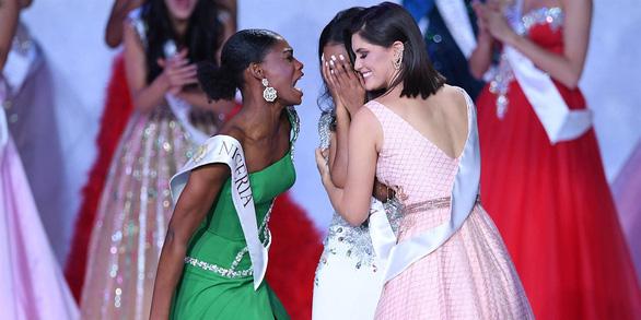 2020, nếu chúc mừng bạn mình điều gì, hãy làm như Hoa hậu Nigeria - Ảnh 1.